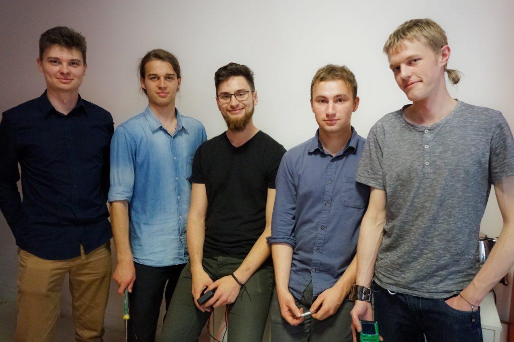Pięcioosobowa grupa instruktorów Akademii Elektroniki